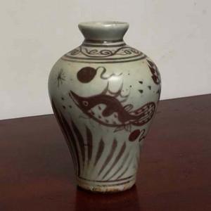 釉里红鱼藻纹梅瓶