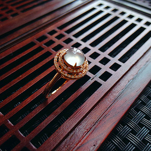 18k金伴钻冰种起光蛋型戒指