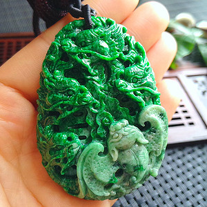 冰润辣绿精雕九龙吐珠挂件