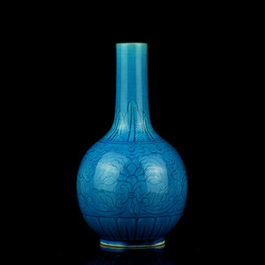 31清早期孔雀蓝釉暗刻缠枝花卉纹天球瓶