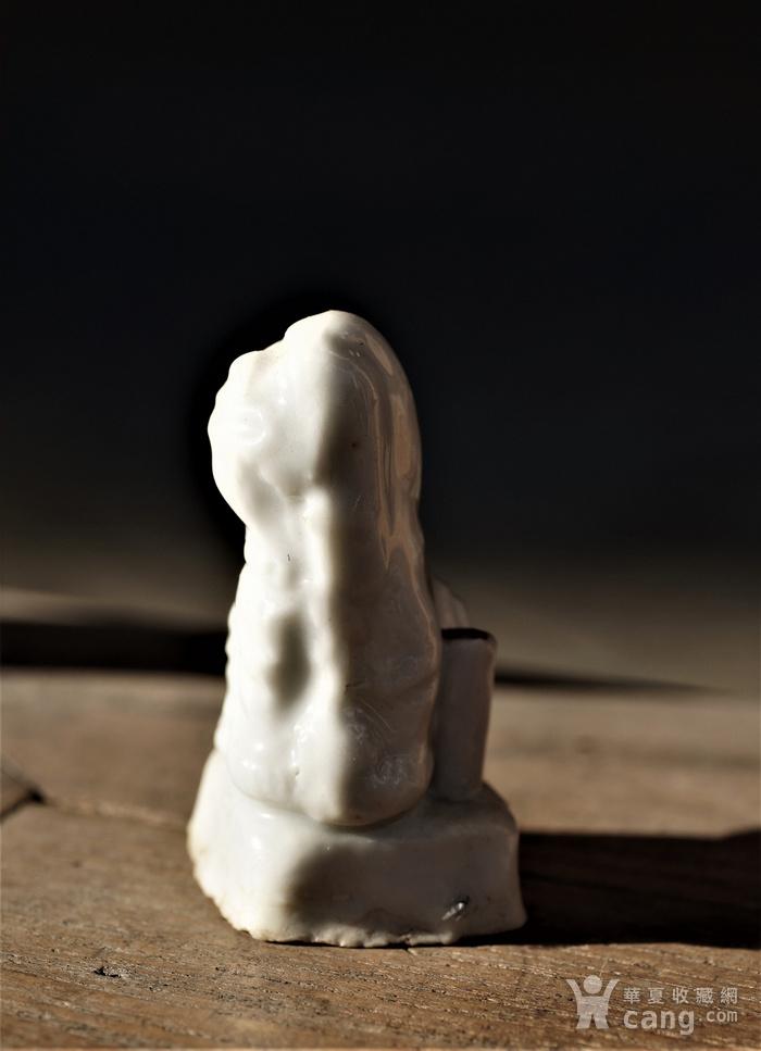 回流明清时期德化窑的白瓷香插狮子图3