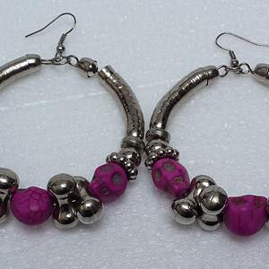 53 镀银嵌红松石特大耳环 直径6厘米。