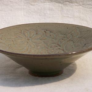 耀州窑青瓷刻缠枝莲纹碗