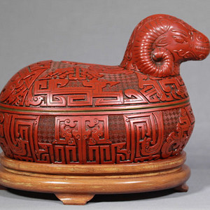 清乾隆 漆雕铜胎剔红羊首大盖盘 带老木底座