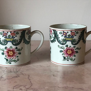 100122 清 外销瓷粉彩花卉茶杯一对