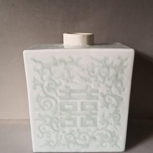 清中期豆青地暗刻茶叶罐
