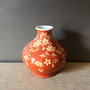清中期珊瑚红地留白花卉瓶