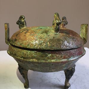 汉青铜器之熊足松鼠首青铜鼎