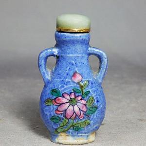 清代蓝釉加彩花卉绘画鼻烟壶