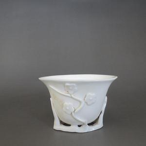 520 德化白釉梅花纹杯
