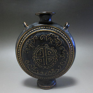 520 黑釉印花福寿纹穿带壶