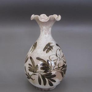 520 磁州窑黑彩菊花纹花口玉壶春瓶