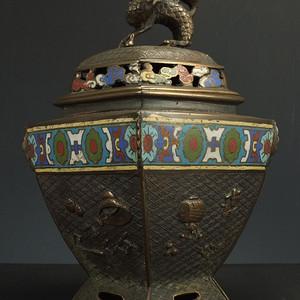 清代铜胎掐丝珐琅瑞兽浮雕四字款菱角型香炉
