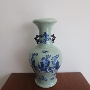 520 清豆青釉青花加白人物纹赏瓶   已鉴定