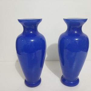 20世纪80年代宝石蓝套料琉璃瓶一对