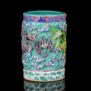 26清乾隆款粉彩雕瓷海水云龙纹笔筒