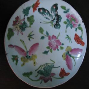 粉彩蝴蝶花卉盘