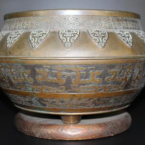 欧亚回流浮雕饕餮纹兽耳大铜香炉