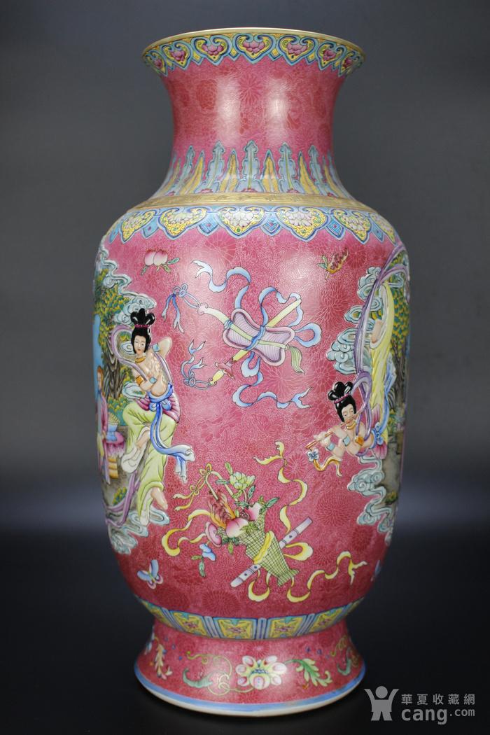 欧亚回流珐琅彩开光雕刻人物撇口瓶图2