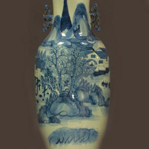 清中晚期青花山水人物300件瓶 带老木座