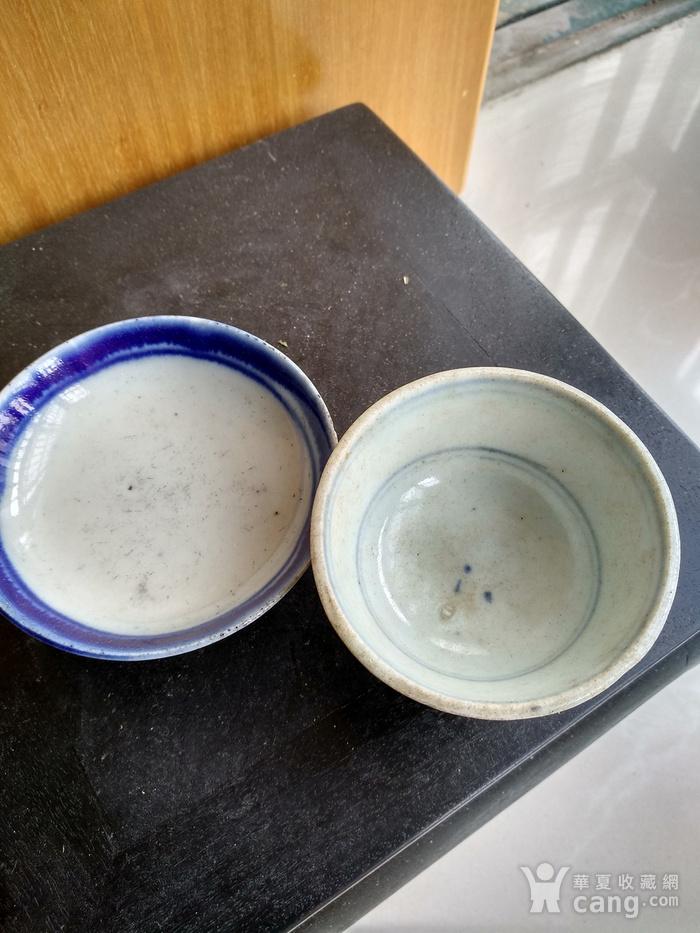 清代青花小茶杯和一小碟。图2