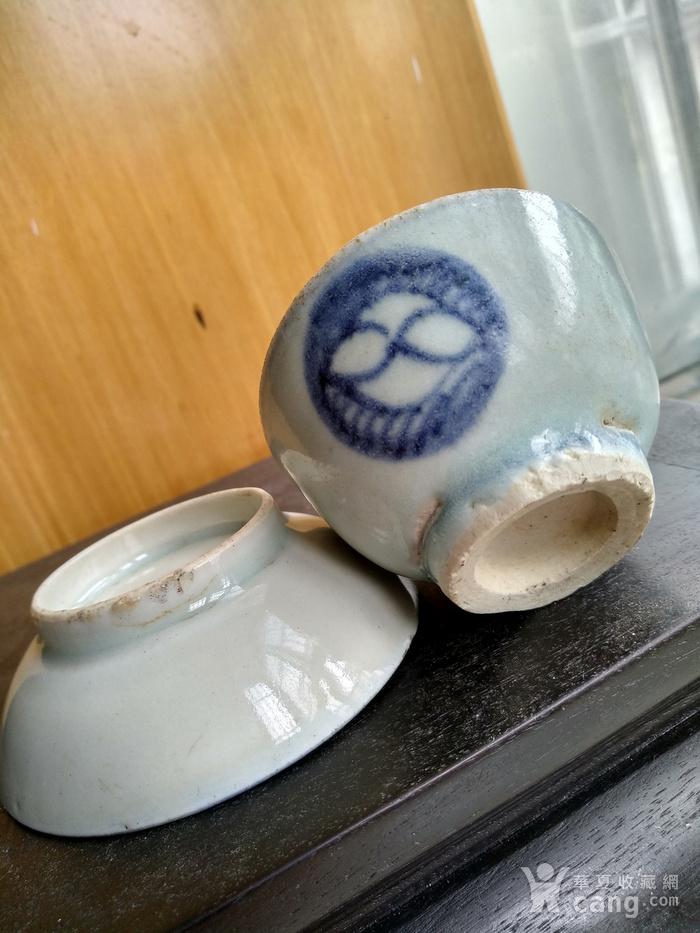 清代青花小茶杯和一小碟。图3