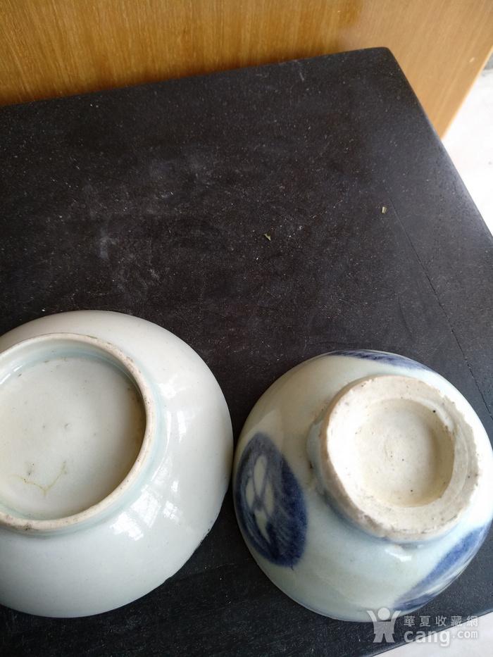 清代青花小茶杯和一小碟。图4