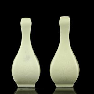 18清早德化窑白釉暗刻花卉纹四方瓶一对