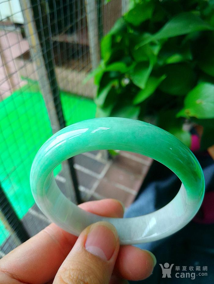 冰润带阳绿宽边手镯图1