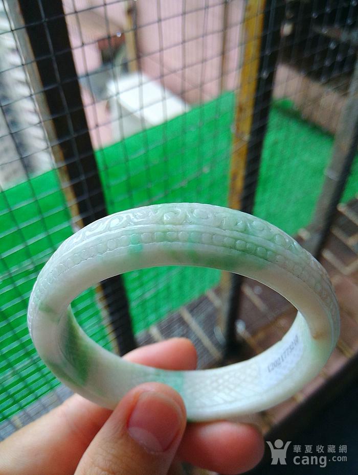 冰润飘绿精雕宽边手镯图2