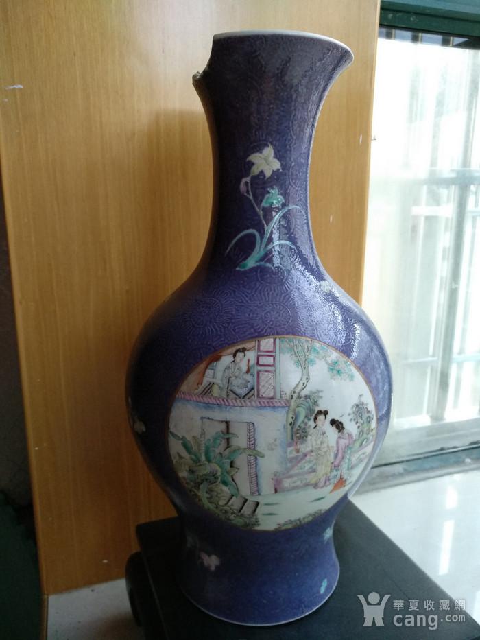 欧洲回流。 大清乾隆年制 款紫罗兰地轧花粉彩人物开光瓶,高34.8Cm图4