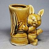 文革时期黄釉兔子抱竹笔筒