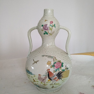 欧州回流。豆青釉轧花粉彩开光葫芦瓶,高:31.6Cm。
