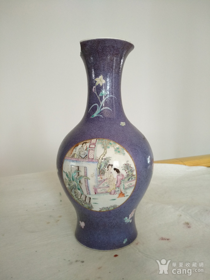 欧洲回流。 大清乾隆年制 款紫罗兰地轧花粉彩人物开光瓶,高34.8Cm图1