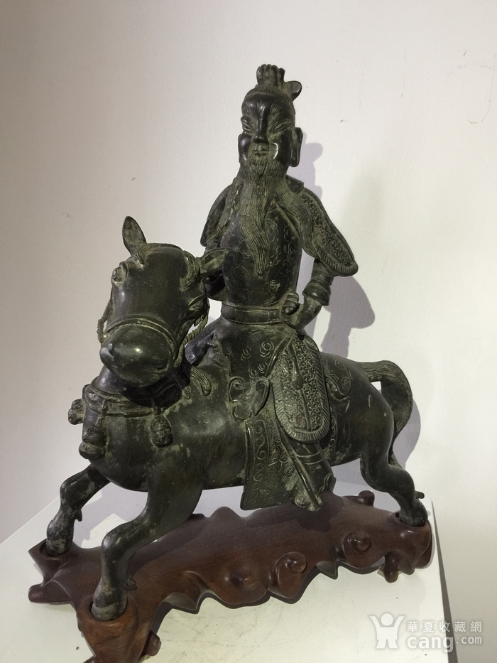 明代铜雕骑马武将图1