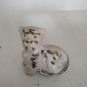 宋磁州窑白釉点彩虎型瑞兽。高8.6Cm,宽9Cm。