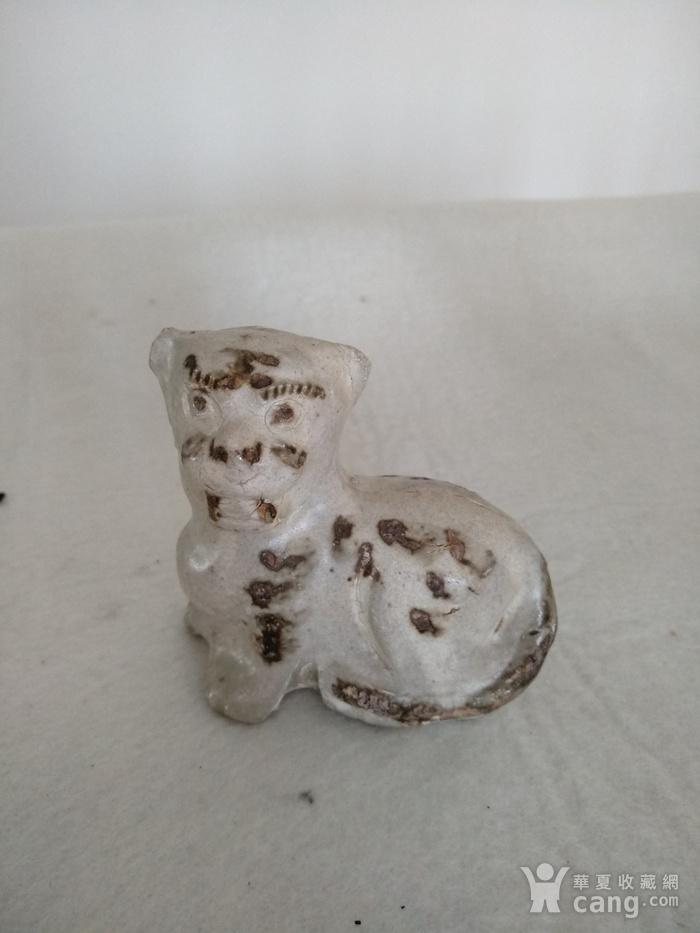 宋磁州窑白釉点彩虎型瑞兽。高8.6Cm,宽9Cm。图1
