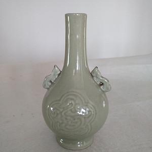 清晚 民国豆青釉暗花双耳天球瓶,高:17Cm
