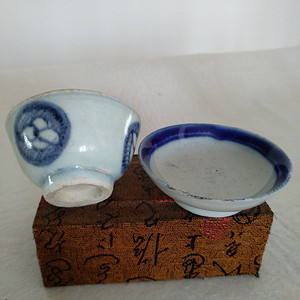 清代青花小茶杯和一小碟。