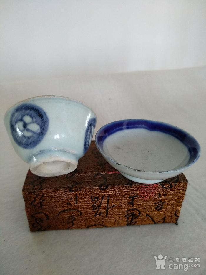清代青花小茶杯和一小碟。图1