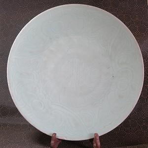 清代34cm缠枝纹刻花豆青釉大盘