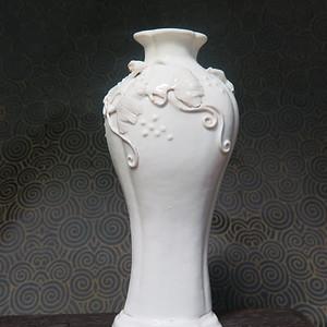 清代雍正松鼠葡萄葵口海棠瓶
