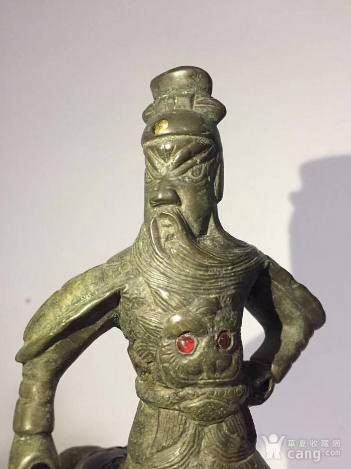 清代晚期铜雕嵌宝石骑马关公图5