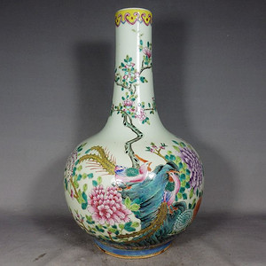 清代粉彩凤穿牡丹绘画天球瓶