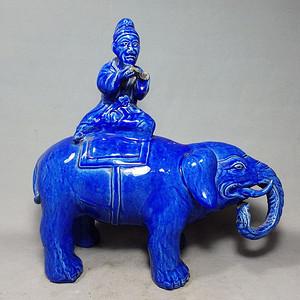 清代蓝釉太平有象摆件