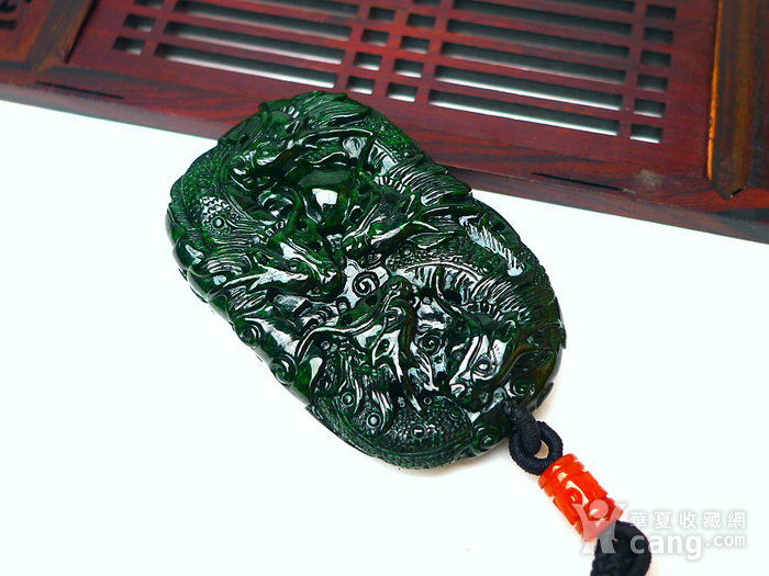 冰润辣绿精雕九龙吐珠吊坠图8