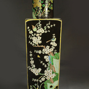清代墨地素三彩花卉纹方瓶