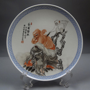 文革粉彩对猴传经罗汉图挂盘