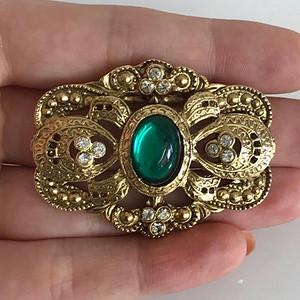 镶嵌:绿色石胸针