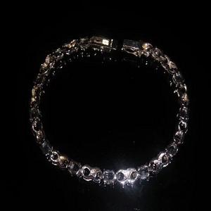 一个女士高贵的宝石手链带标记